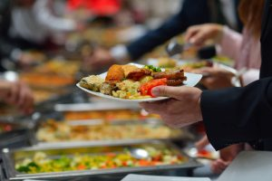 3 cuidados essenciais com a alimentação empresarial